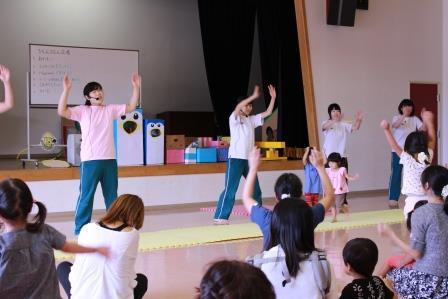 児童センターでの実習です。100人くらいの子どもと保護者を前に、気分は「歌のお姉さん」です!