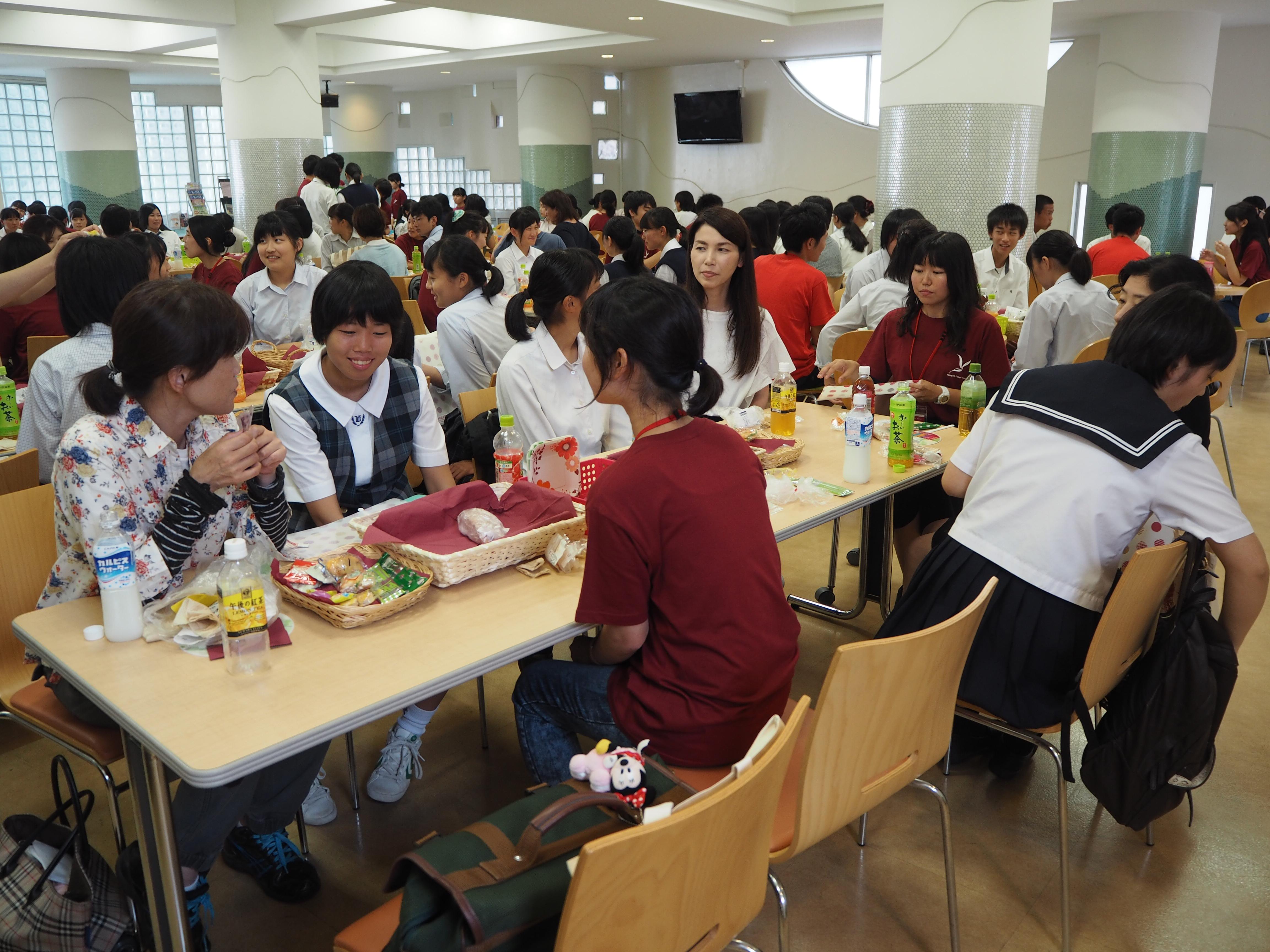 学生と一緒に昼食